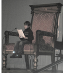 Lesender Schueler auf dem Thron