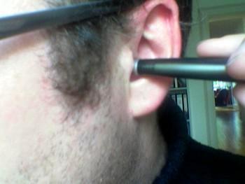 Stift im Ohr